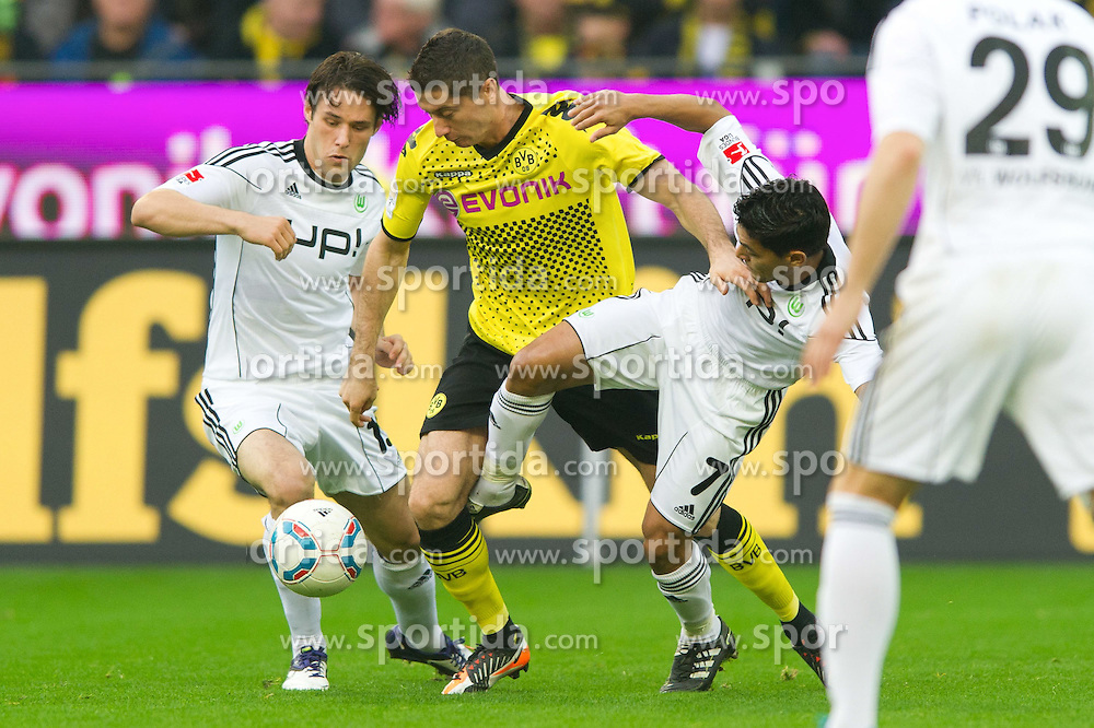 05.11.2011, Signal Iduna Park, Dortmund, GER, 1. FBL, Borussia Dortmund vs. VfL Wolfsburg, im Bild Zweikampf Christian Träsch / Traesch (Wolfsburg #15) - Robert Lewandowski (#9 Dortmund) - Josue (Wolfsburg #7) // during Borussia Dortmund vs. VfL Wolfsburg at Signal Iduna Park, Dortmund, GER, 2011-11-05. EXPA Pictures © 2011, PhotoCredit: EXPA/ nph/  Kurth       ****** out of GER / CRO  / BEL ******