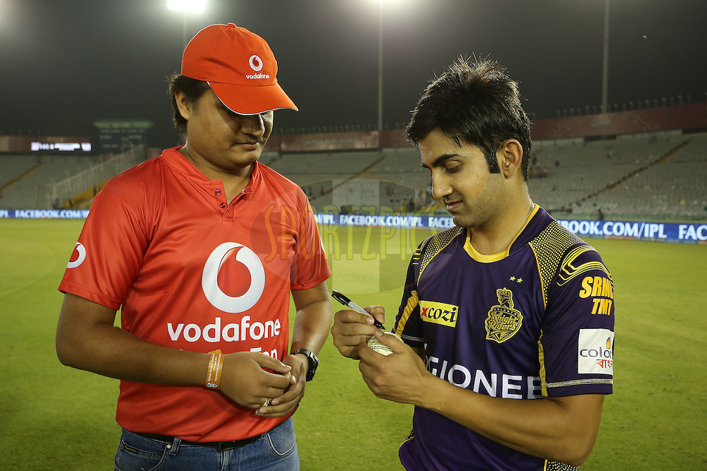 The Vodafone Super Fan looks on as Kolkata Knight Riders captain Gautam Gambhir signs the match ball during match 13 of the Vivo Indian Premier League (IPL) 2016 between the Kings XI Punjab and the Kolkata Knight Riders held at the IS Bindra Stadium, Mohali, India on the 19th April 2016<br /> <br /> Photo by Shaun Roy / IPL/ SPORTZPICS