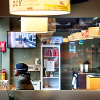 Nederland, Amsterdam , 29 april 2015.<br /> Meininger Hotel Amsterdam City West (Sloterdijk, pal rechts naast het station)<br /> Meininger Hotel Amsterdam City West ligt naast het treinstation Amsterdam Sloterdijk en biedt moderne kamers met een flatscreen-tv en gratis WiFi. Het hotel heeft een bar, een gemeenschappelijke keuken en een ruime lobby ingericht met traditionele Nederlandse kunst.<br /> Op de foto: de gemeenschappelijke keuken.<br /> Foto:Jean-Pierre Jans