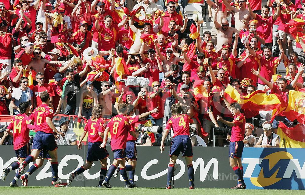 Fussball INTERNATIONAL EURO 2004 in Port im Stadion Bessa Griechenland - Spanien JUBEL ESP; Torschuetze Fenando Morientes (re) zum 0-1; jubelnde Fans