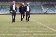 DEN HAAG, ADO Den Haag - Vitesse, voetbal Eredivisie, seizoen 2013-2014, 02-10-2013, Kyocera Stadion, het veld ligt er slecht bij in Den Haag, Vitesse coach Peter Bosz (R), ADO Den Haag coach Maurice Steijn (M), Vitesse assistent coach Hendrie Kruzen (L).