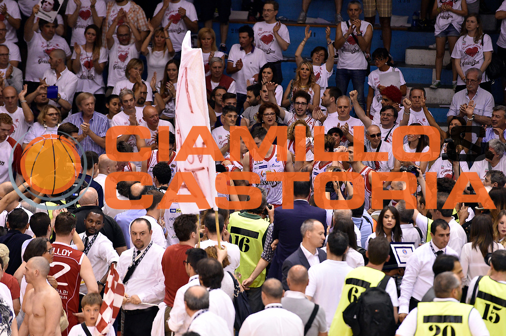DESCRIZIONE : Campionato 2014/15 Serie A Beko Grissin Bon Reggio Emilia - Dinamo Banco di Sardegna Sassari Finale Playoff Gara7 Scudetto<br /> GIOCATORE : team<br /> CATEGORIA : delusione<br /> SQUADRA : Grissin Bon Reggio Emilia<br /> EVENTO : Campionato Lega A 2014-2015<br /> GARA : Grissin Bon Reggio Emilia - Dinamo Banco di Sardegna Sassari Finale Playoff Gara7 Scudetto<br /> DATA : 26/06/2015<br /> SPORT : Pallacanestro<br /> AUTORE : Agenzia Ciamillo-Castoria/GiulioCiamillo<br /> GALLERIA : Lega Basket A 2014-2015<br /> FOTONOTIZIA : Grissin Bon Reggio Emilia - Dinamo Banco di Sardegna Sassari Finale Playoff Gara7 Scudetto<br /> PREDEFINITA :