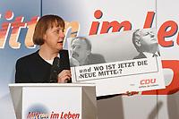 07.01.1999, Deutschland/Bonn:<br /> Angela Merkel, CDU Generalsekret&auml;rin, mit einem Plakat &quot; und wo ist jetzt die neue Mitte?&quot;, w&auml;hrend einer Pressekonferenz, Konrad-Adenauer-Haus, Bonn<br /> IMAGE: 19990107-01/01-18<br /> KEYWORDS: Plakat, bill, Werbung, promotion