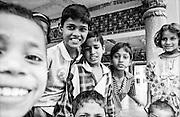 198 / In Indien: ASIA, INDIA, BIHAR, BODGHAYA, 2002: Strassenszene und Kinder in Bodghaya. In der Antike hieß die Stadt Uruvela. Sie lag im Königreich Magadha wo Siddhartha Gautama um das Jahr 534 v. Chr. unter einer Pappel Feige (Bodhi-Baum) die Erleuchtung (bodhi) erlangte. In Bodhgaya befindet sich eine der heiligsten Staetten des Buddhismus, der Mahabodhi-Tempel. Bodhgaya ist seit 1953 ein internationales buddhistisches Pilgerzentrum. Buddhisten aus Sri Lanka, Bangladesch, Thailand, Burma, Tibet, Bhutan, Vietnam, Taiwan, Korea und Japan errichteten in Bodhgaya bisher 45 Kloester und Tempel. - Marco del Pra / imagetrust - Stichworte: 198, ASIA, Asien, Bangladesch, Baum, Bhutan, BIHAR, BODGHAYA, Bodhi, Bodhi-Baum, Buddhismus, BuddhistenSri Lanka, Bundesrepublik, Burma, Erleuchtung Buddhismus, INDIA, Indien, Japan, Kloester, Kloster, Korea, Mahabodhi-Tempel, Model Release: No, Pappel Feige, Pilgerzentrum, Property Release:No, Siddharta, Siddhartha Gautama, Taiwan, Tempel, Tempel. - Marco del Pra / imagetrust - Stichworte: Stichwort, Thailand, Tibet, Vietnam