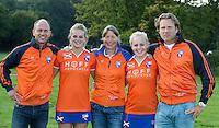 BLOEMENDAAL - Dames I , seizoen 2015-2016.  Jorge Nolte, Teun de Nooijer en Wietske de Ruiter  met de aanvoerders, Melle Spruijt en Pien Holleman. COPYRIGHT KOEN SUYK