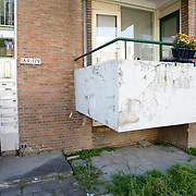 Nederland Rotterdam 01-06-2009 20090601 Foto: David Rozing   ..Achterstandswijk Pendrecht Rotterdam zuid, slecht onderhouden balkons, afgebladderde verf kale plekken op balkons. Man in portiek, bewoner probeert armzalig exterieur op te  fleuren met een bloemetje, bleoemen, bloembakken. deprived area / projects âEURoeKatendrecht âEURoe This area is on a list with projects which need help of the government because of degradation in the area etc., project, suburb, suburbian, problem. Neighboorhood, neighboorhoods, district, city, problems,  daily life Holland, The Netherlands, dutch, Pays Bas, Europe ..Foto: David Rozing