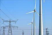 Nederland, Eemshaven, 15-4-2015Windmolens in het havengebied. Naast een windmolenpark is hier ook industrie gerelateerd aan windenergie.Hoogspanning,hoogspanningskabel,hoogspanningskabels,tennet,netbeheer,hoogspanningsnet,hoogspanningsmast,hoogspanningsmasten,electriciteitsmast,elektriciteitsmast,elektriciteitsmasten,electriciteitsmasten,grid,hoogspanningsgrid,netbeheerder,electriciteitsnet,elektriciteitsnetFOTO: FLIP FRANSSEN/ HOLLANDSE HOOGTE