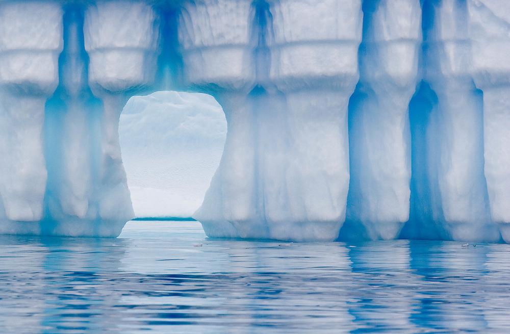 The iceberg graveyard, Pleneau Bay, Antarctic Peninsula / El cementerio de icebergs, Bahía Pleneau, Península Antártica