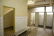 Mannheim. 28.06.16 Rheinau. Feuerwache Süd. Das 60 Jahre alte Gebäude zeigt nun Schäden, die es gilt zu sanieren. In einer Machbarkeitsstudie soll gezeigt werden, inwieweit sich Sanierungen gegenüber einem Neubau rechnen lassen.<br /> - Im Keller. Deaktivierte Duschen sollen saniert werden, damit die aktiven Bestandsduschen ebenfalls nach Schimmelbefall saniert werden können.<br /> <br /> Bild: Markus Prosswitz 28JUN16 / masterpress (Bild ist honorarpflichtig - No Model Release!)
