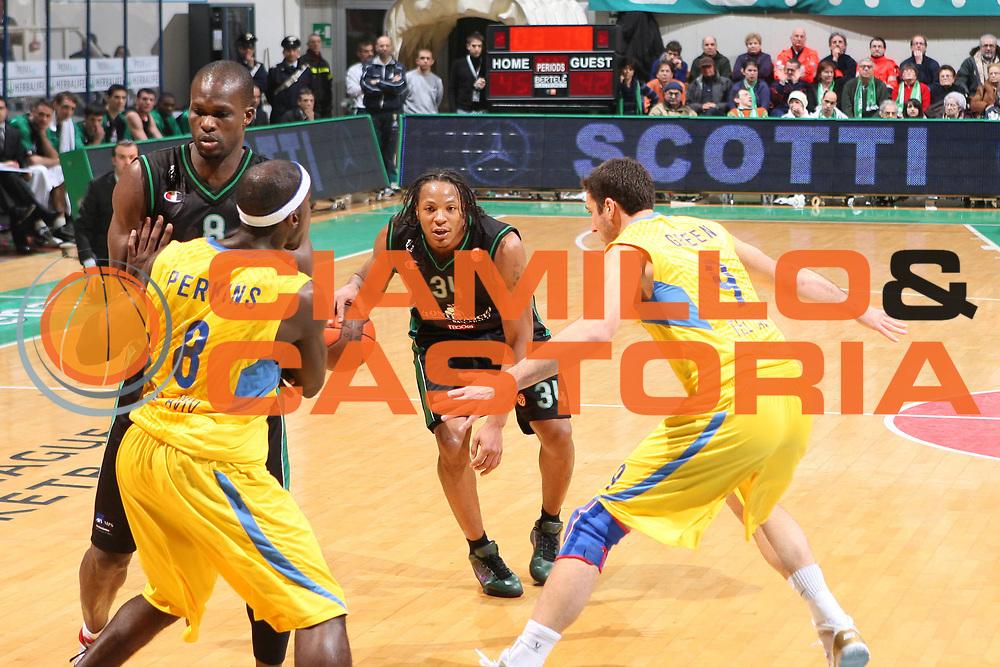 DESCRIZIONE : Siena Eurolega 2009-10 Top 16  Montepaschi Siena Maccabi Electra Tel Aviv<br /> GIOCATORE : David Hawkins<br /> SQUADRA : Montepaschi Siena<br /> EVENTO : Eurolega 2009-2010<br /> GARA : Montepaschi Siena Maccabi Electra Tel Aviv<br /> DATA : 28/01/2010 <br /> CATEGORIA : palleggio<br /> SPORT : Pallacanestro <br /> AUTORE : Agenzia Ciamillo-Castoria/E.Castoria<br /> Galleria : Eurolega 2009-2010 <br /> Fotonotizia : Siena Eurolega 2009-10 Top 16 Montepaschi Siena Maccabi Electra Tel Aviv<br /> Predefinita :