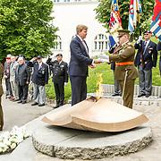LUX/Luxemburg/20180523 - Staatsbezoek Luxemburg dag 1 , Koning Willem Alexander overhandigt de sabel aan de officier