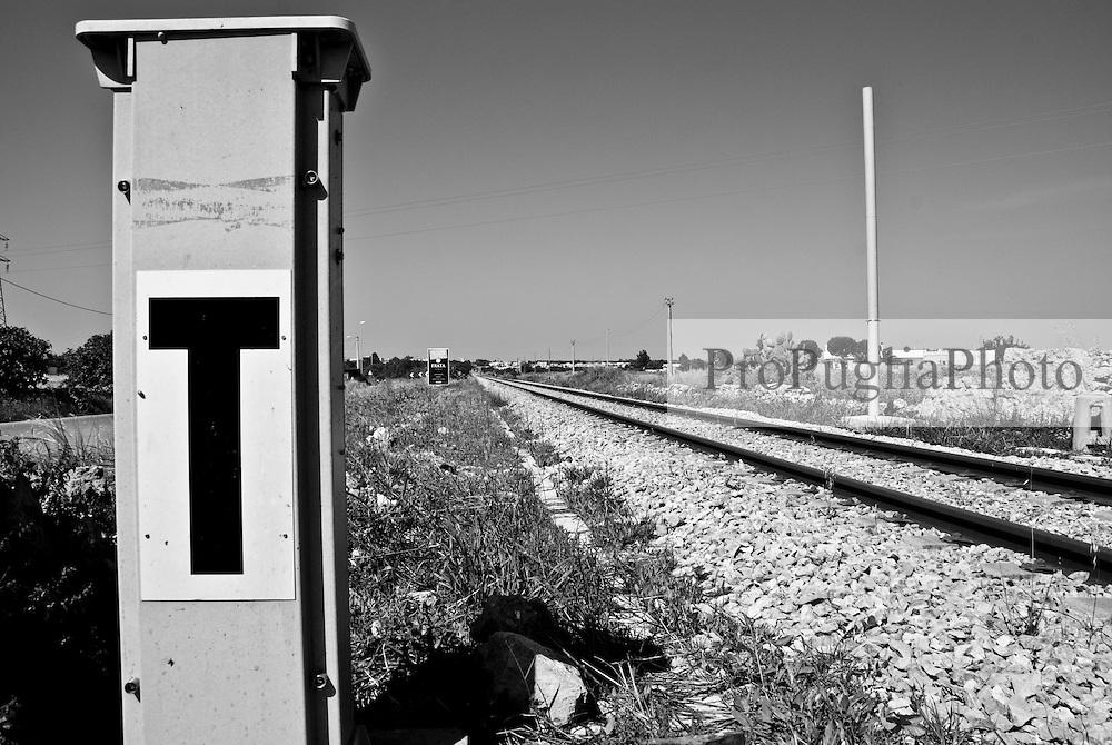 le linee della ferrovia Sud Est sono a binario unico e non elettrificate. Reportage che racconta le situazioni che si incontrano durante un viaggio lungo le linee ferroviarie SUD EST nel salento.