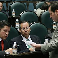Toluca, Mex.- Los diputados Julio Cesar Rodriguez (izq), Francisco Garate Chapa (centro) del PAN y Eruviel Avila (der) del PRI, conversan durante la sesion del Congreso del Estado de Mexico donde se discue el decreto para la aprobacion de la ley de ingresos. Agencia MVT / Mario Vazquez de la Torre. (DIGITAL)<br /> <br /> <br /> <br /> <br /> <br /> <br /> <br /> NO ARCHIVAR - NO ARCHIVE