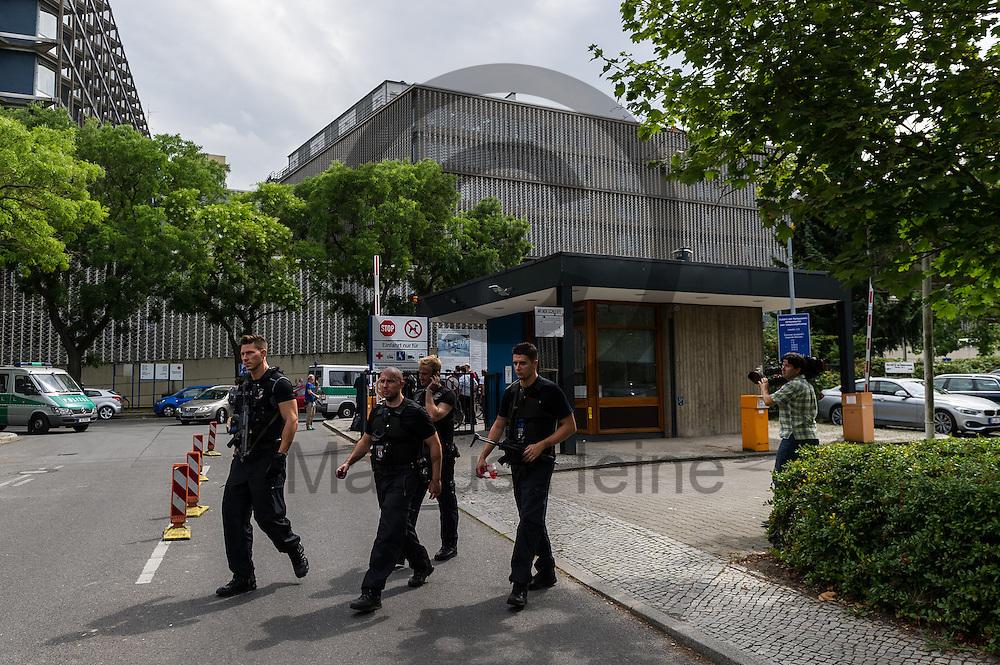Schwer bewaffnete Polizisten  laufen nach einer Schie&szlig;erei am KH Benjamin Franklin am 26.07.2016 &uuml;ber das Gel&auml;nde des Berliner Benjamin-Franklin-Krankenhauses  in Berlin, Deutschland. Wie die Polizei mitteilt, schoss ein Patient auf einen Arzt. Danach t&ouml;tete sich der Sch&uuml;tze offenbar selbst. Foto: Markus Heine / heineimaging<br /> <br /> ------------------------------<br /> <br /> Ver&ouml;ffentlichung nur mit Fotografennennung, sowie gegen Honorar und Belegexemplar.<br /> <br /> Bankverbindung:<br /> IBAN: DE65660908000004437497<br /> BIC CODE: GENODE61BBB<br /> Badische Beamten Bank Karlsruhe<br /> <br /> USt-IdNr: DE291853306<br /> <br /> Please note:<br /> All rights reserved! Don't publish without copyright!<br /> <br /> Stand: 07.2016<br /> <br /> ------------------------------
