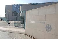 22 APR 2002, BERLIN/GERMANY:<br /> Schriftzug Bundeskanzleramt und Bundesadler in der hellen Steinmauer an der Zufahrt zum Kanzleramt<br /> IMAGE: 20020422-02-005<br /> KEYWORDS: Logo, Schild, sign, Eingang, Adler, Schrift