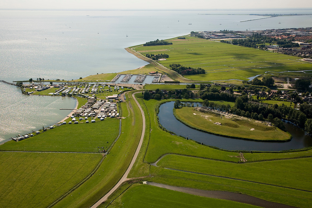 Nederland, Noord-Holland, Edam, 14-07-2008; voormalig fort (onderdeel Stelling van Amsterdam), camping en jachthaven, zicht op het IJsselmeer, rechts  in de verte Marken; kamperen, caravan,  .luchtfoto (toeslag); aerial photo (additional fee required); .foto Siebe Swart / photo Siebe Swart