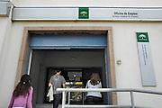 Spanje, Cordoba, 6-5-2010Arbeidsbureau in een wijk van Cordoba. In Spanje gaat het slecht met de economie en het financiele systeem. 20% Werkeloosheid en spaarbanken die in de problemen zijn gekomen. Men wil niet met Griekenland vergeleken worden, maar de tekenen voorspellen niet veel goeds.Posters which call for a demonstration against unemployment and the policies of the government. In Spain the economy and financial system is in bad shape. 20% Unemployment and savings banks that have come into trouble. They do not want to be compared with Greece, but the signs do not predict much good.Foto: Flip Franssen/Hollandse Hoogte