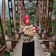 Moeder en kind bij een oude spoorbrug, West Bandung