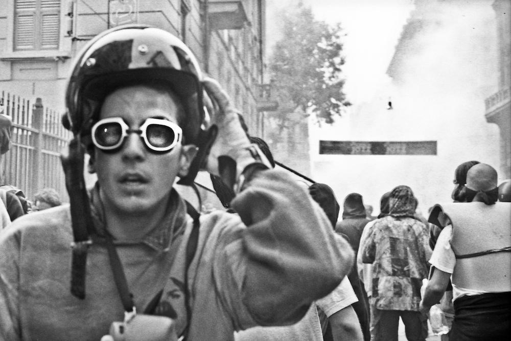 Genova, venerdì 20 luglio 2001. Giornata delle piazze tematiche. Corteo della disobbedienza civile. Via Invrea (parallela di via Tolemaide). Sguardo terrorizzato di un manifestante. Gli occhiali da nuoto sono utilizzati per proteggersi gli occhi dai gas lacrimogeni. Nei pressi di via Tolemaide, dopo l'assalto da parte dei Carabinieri, il corteo si frammenta in piccoli gruppi che i carabinieri cercano di travolgere con le camionette e rastrellare.