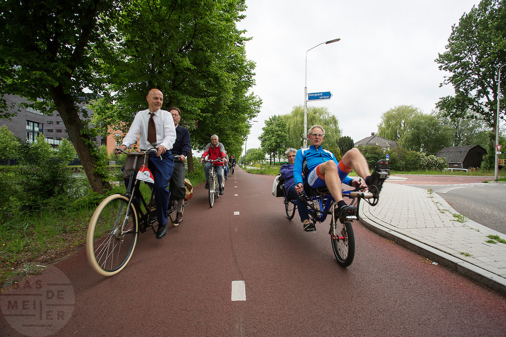 Bij Utrecht wordt de tandemtocht gehouden. De tocht werd van 1975 tot 1982 jaarlijks gehouden en was in die tijd een groots succes. Organisator Herbert Kuner, een expert in oude fietsen, wil het nu nieuw leven inblazen. In totaal rijden dit jaar vijftien tandems mee. Tijdens de route van 40km rondom Utrecht hoeven de fietsers slechts zes verkeerslichten te passeren.<br /> <br /> In Utrecht, the tandem tour is held. The tour was held annually from 1975 to 1982 and at that time was a grand success. Organizer Herbert Kuner, an expert in old bikes, wants to restart the tradition. In total this season, with fifteen tandems. During the route of 40km around and Utrecht cyclists passing only six traffic lights.