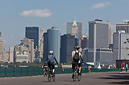 New York. the skyline of Manhattan view from governor island; in the heart of New York Harbor.  For almost two centuries, Governors Island was a military base - home to the US Army and Coast Guard; The 172-acre Island, 52 landmarked buildings  / le panorama du sud de manhattan vu depuis governor island, au centre du port de new York , pendant 200 ans cette ile a été occupee par l armee, aujourd'hui elle appartient a la ville qui en a fait un parc public