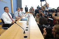 13 AUG 2003, BERLIN/GERMANY:<br /> Gerhard Schroeder, SPD, Bundeskanzler, Fotografen und Kameraleute, vor Beginn der Pressekonferenz zu den Beschluessen der vorangegangenen K abinettsitzung, Bundespressekonferenz<br /> IMAGE: 20030813-02-007<br /> KEYWORDS: Gerhard Schröder, BPK, Kamera, Camera, Journalist, Journalisten