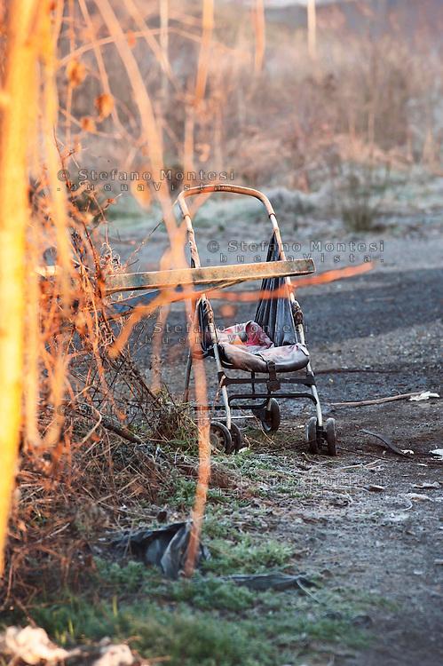 Roma 7  Febbraio 2011.Un passeggino per bambini nel campo nomadi di via Appia Nuova a Roma, dove un incendio ha bruciato una baracca ed ucciso quattro bambini