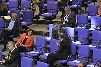 DEU, Deutschland, Germany, Berlin, 23.04.2020: Plenarsitzung im Deutschen Bundestag, einzelne Abgeordnete tragen Schutzmasken, die Mund und Nase bedecken. Im Mittelpunkt der Debatten standen die Maßnahmen der Bundesregierung zur Bekämpfung der Folgen der Corona-Krise. Um Ansteckungen von Abgeordneten mit dem Coronavirus zu vermeiden, darf nur jeder Dritte Stuhl besetzt werden, zwei Plätze dazwischen müssen frei gehalten werden.