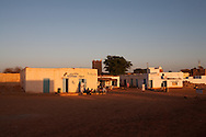 Chinguetti village in Erg Ouarane surrouded by dunes  Chinguetti. mauritania    .///.Chinguetti village  du Erg Ouarane ,  la ville caravaniere de Chinguetti ancienne ville sainte. .///..L0055698