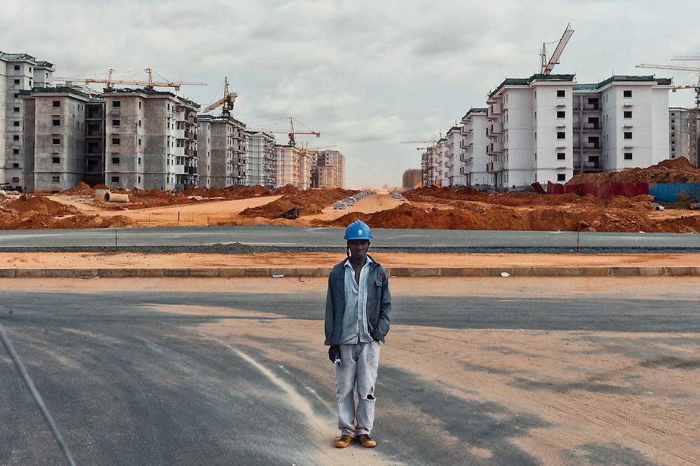 O Presidente de Angola considerou  ser &quot;ineg&aacute;vel&quot; que o problema habitacional &eacute; um dos mais dif&iacute;ceis com que o Governo se confronta, dado que o crescimento populacional, sobretudo em Luanda, n&atilde;o tem sido acompanhado pelo correspondente desenvolvimento habitacional. Para combater o problema o governo tomou como meta a constru&ccedil;&atilde;o de um milh&atilde;o de fogos para os angolanos entre 2009/2012. <br /> Para come&ccedil;ar a solucionar o problema da habita&ccedil;&atilde;o e da centraliza&ccedil;&atilde;o dos servi&ccedil;os, o governo criou um programa para a constru&ccedil;&atilde;o de novas centralidades em Angola. Uma das mais conhecidas e cujos primeiros blocos j&aacute; foram conclu&iacute;dos &eacute; a centralidade de Kilamba Kiaxi. <br /> As empresas chinesas foram as<br /> Visitei algumas das novas centralidades em constru&ccedil;&atilde;o, na maioria por empresas chinesas, e l&aacute; encontrei jovens angolanos, recrutados pelos chineses para trabalharem como serventes, provenientes de toda a Angola em busca de trabalho e que encontram nestas obras um sal&aacute;rio, ainda que baixo, num pa&iacute;s procurado por investidores estrangeiros que v&ecirc;em em Angola uma oportunidade para expandir os seus neg&oacute;cios, entre eles, Portugal.