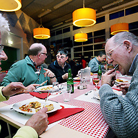 Nederland, Amsterdam , 5 februari 2014.<br /> Samen dineren bij buurtrestaurant Resto van Harte in Amsterdam Noord.<br /> De VanHarte-eettafel is eenontmoetingsplek in de wijk die mensen in contact brengt met elkaar en met werk,scholing, sport en cultuur.<br /> Foto:Jean-Pierre Jans