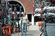 In Nijmegen zoekt een meisje naar haar fiets in de volle fietsenstalling bij het station.<br /> <br /> In Nijmegen a girl is looking for her bike at the crowded bike parking near the train station.