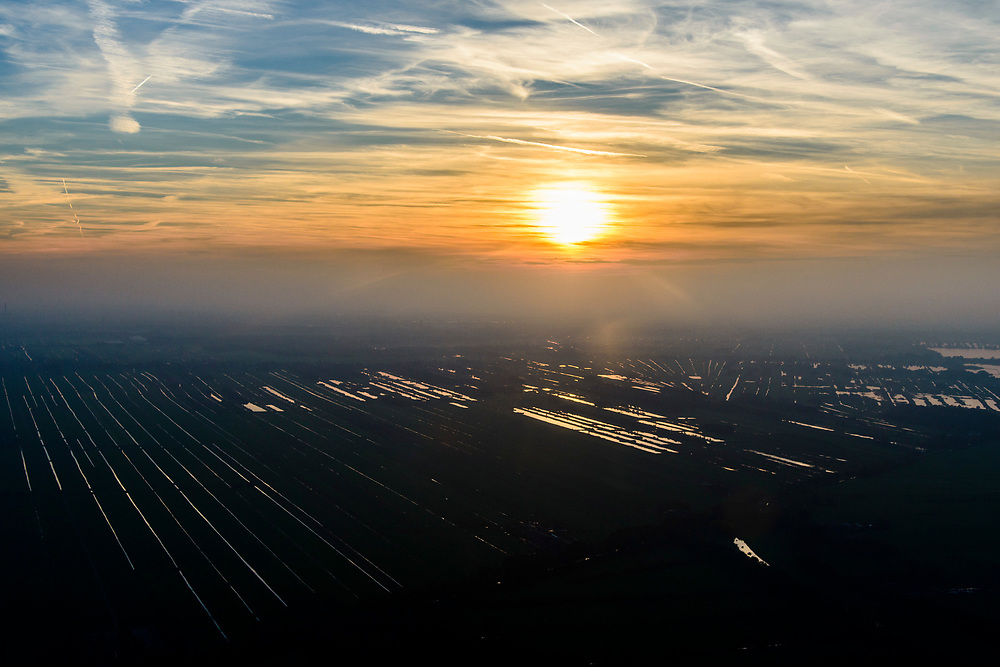 Nederland, Noord-Holland, Hilversum, 04-11-2018; zonsondergang boven het veenweidegebeid tussen Loosdrecht en Nieuw-Loosdrecht, Radiale verkaveling, resultaat van de winning van turf. <br /> Sunset over the peat ladscape near Hilversum airfield.<br /> luchtfoto (toeslag op standaard tarieven);<br /> aerial photo (additional fee required);<br /> copyright© foto/photo Siebe Swart