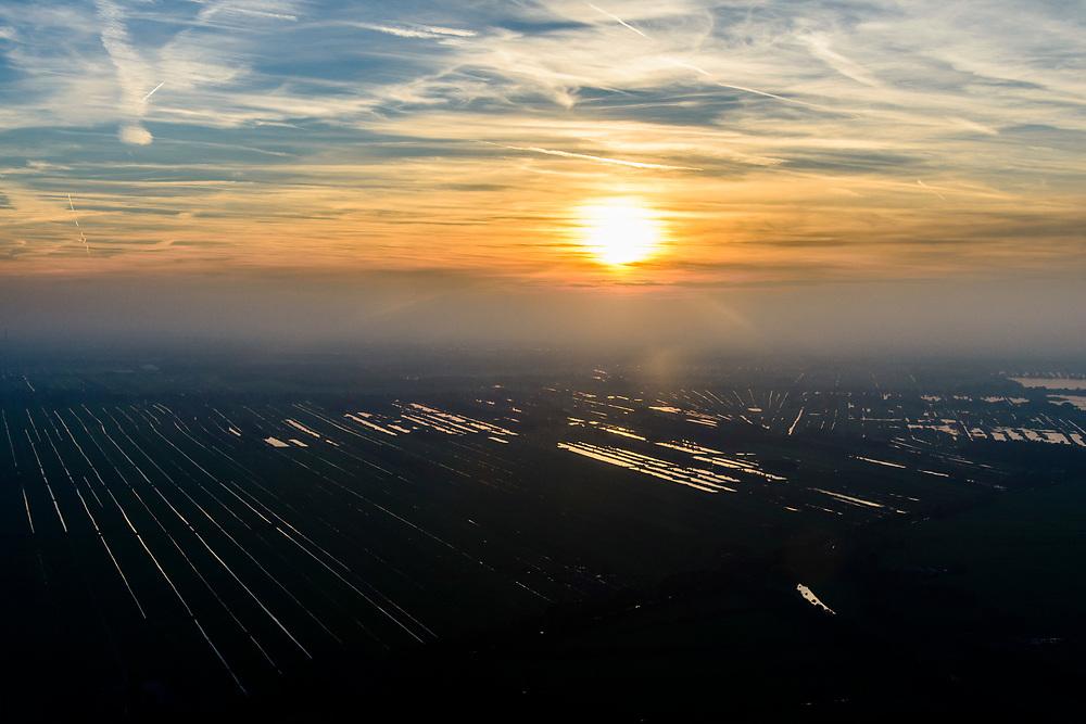 Nederland, Noord-Holland, Hilversum, 04-11-2018; zonsondergang boven het veenweidegebeid tussen Loosdrecht en Nieuw-Loosdrecht, Radiale verkaveling, resultaat van de winning van turf. <br /> Sunset over the peat ladscape near Hilversum airfield.<br /> luchtfoto (toeslag op standaard tarieven);<br /> aerial photo (additional fee required);<br /> copyright© foto/photo Siebe Swart