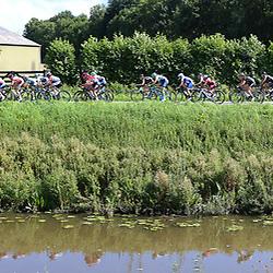TIEL (NED) wielrennen<br /> De tweede etappe was rond Tiel en ging door de Betuwe. Lang gerekt peloton langs de Linge