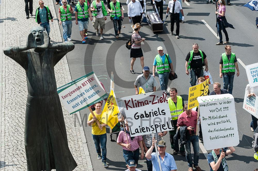 &quot;Klima-Ziel Gabriels Laienspiel&quot; steht w&auml;hrend der Klima Demonstration am 02.06.2016 in Berlin, Deutschland auf dem Schild eine Demonstranten. Mehrere Tausend Menschen gingen unter dem Motto: &quot;Energiewende retten! Arbeit sichern! Klimaschutz durchsetzen, EEG verteidigen!&quot; auf die Stra&szlig;e um f&uuml;r den Klimawandel und gegen eine &Auml;nderung des Erneuerbare Energien Gesetz zu demonstrieren. Foto: Markus Heine / heineimaging<br /> <br /> ------------------------------<br /> <br /> Ver&ouml;ffentlichung nur mit Fotografennennung, sowie gegen Honorar und Belegexemplar.<br /> <br /> Bankverbindung:<br /> IBAN: DE65660908000004437497<br /> BIC CODE: GENODE61BBB<br /> Badische Beamten Bank Karlsruhe<br /> <br /> USt-IdNr: DE291853306<br /> <br /> Please note:<br /> All rights reserved! Don't publish without copyright!<br /> <br /> Stand: 06.2016<br /> <br /> ------------------------------