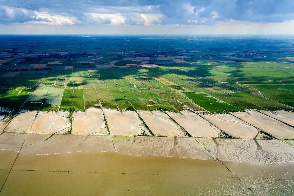 Nederland, Friesland, Gemeente Ferweradeel, 05-08-2014; <br /> Noorderleeg (Noarderleech) ook Noard-Fryslan Butendyks , buitendijkse polder en kweldergebied grenzend aan het Friesche Wad. Landaanwinning door middel van zogenaamde  kwelderwerken. Fot richting Friese kust, Ferwerd.<br /> Land reclamation, Noorderleeg (Northern Void), polder and salt marsh area outside the dikes. The so-called salt marsh works consist of square sections, bordered by brushwood breakwaters causing the sludge to settle.<br /> luchtfoto (toeslag); aerial photo (additional fee required); foto Siebe Swart / photo Siebe Swart