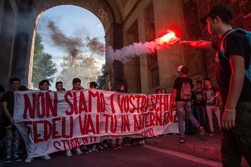 Gli studenti delle scuole superiori di Palermo hanno manifestato contro l'alternanza scuola-lavoro prevista dalla legge 107 del 2015 (La Buona Scuola).