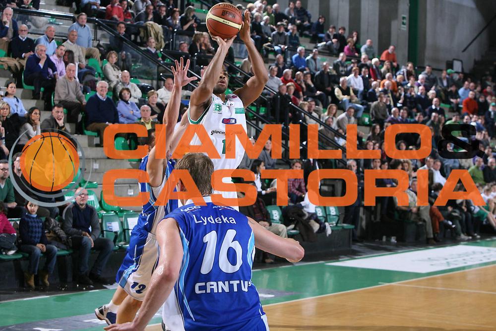 DESCRIZIONE : Treviso Lega A 2009-10 Basket Benetton Treviso NGC Medical Cantu<br /> GIOCATORE : Gary Neal<br /> SQUADRA : Benetton Treviso<br /> EVENTO : Campionato Lega A 2009-2010<br /> GARA : Benetton Treviso NGC Medical Cantu<br /> DATA : 30/01/2010<br /> CATEGORIA : Tiro<br /> SPORT : Pallacanestro<br /> AUTORE : Agenzia Ciamillo-Castoria/G.Contessa<br /> Galleria : Lega Basket A 2009-2010 <br /> Fotonotizia : Treviso Campionato Italiano Lega A 2009-2010 Benetton Treviso NGC Medical Cantu<br /> Predefinita :