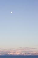 And&oslash;ya (nordsamisk: &Aacute;ndd&aacute;soulu) er Norges 10. st&oslash;rste &oslash;y med et areal p&aring; 489 km&sup2; og har blant landets st&oslash;rste myrarealer (263 km&sup2;) og er velkjent for sine multeb&aelig;r. Myrarealene utnyttes ogs&aring; til omfattende produksjon av veksttorv. Foruten de flate og stort sett sammenhengende myrarealene, best&aring;r And&oslash;ya ogs&aring; av bratte fjellpartier som n&aring;r opp til 700 meters h&oslash;yde. H&oslash;yeste punkt p&aring; &oslash;ya er Kvasstinden p&aring; 705 moh. P&aring; den nordlige delen av And&oslash;ya er Sverigetinden (512 moh.) det h&oslash;yeste fjellet.<br /> <br /> Geologisk er And&oslash;ya ogs&aring; kjent for Rams&aring;feltet, som er Norges eneste omr&aring;de utenfor Svalbard der det finnes kullforekomster. Disse stammer fra de geologiske periodene jura og kritt. Rams&aring;feltet er ogs&aring; rikt p&aring; fossiler, og det er her blant annet funnet et fossil etter en 3 meter lang fiske&oslash;gle.<br /> <br /> And&oslash;ya har v&aelig;rt befolket helt fra steinalderen, og det er funnet trekull som er hele 11 000 &aring;r gammelt. Det finnes en rekke funn etter menneskelig aktivitet som med sikkerhet skriver seg senest fra yngre steinalder.<br /> Parti av And&oslash;ya sett mot &oslash;st: &Aring;nes, &Aring;, Andfjorden, Senja t.v, Bjark&oslash;ya, og Gryt&oslash;ya t.h.<br /> <br /> Selve navnet And&oslash;ya kommer fra Omd, som var navnet som ble brukt p&aring; &oslash;ya i jernalderen og i vikingtiden. Omd er omtalt i Snorre Sturlason sine kongesagaer, b&aring;de i Ynglingesagaen og i sagaen om Olav Tryggvason. P&aring; tettstedet &Aring;se, ca. 4 mil s&oslash;r for Andenes, er det funnet et milit&aelig;rt ringtunanlegg fra eldre jernalder best&aring;ende av 14 hus. Trolig har dette anlegget tilh&oslash;rt et lokalt h&oslash;vdingesete.<br /> <br /> Hele &oslash;ya ligger i And&oslash;y kommune.