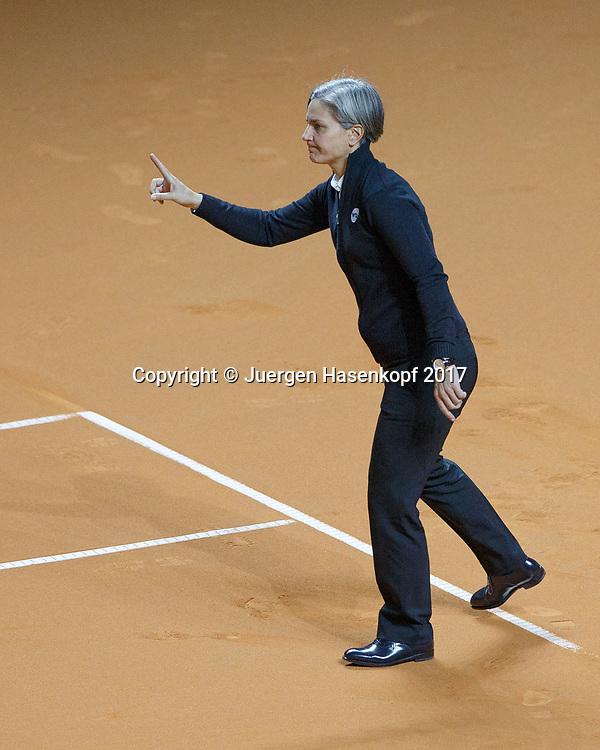 Schiedsricherin Marija Cicak (Marija Čičak, )  steht an der Grundlinie und gibt den Ball aus, Gestik, Handzeichen<br /> <br /> Tennis - Porsche  Tennis Grand Prix 2017 -  WTA -  Porsche-Arena - Stuttgart -  - Germany  - 27 April 2017.