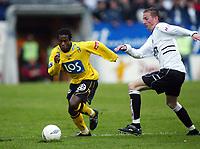 Fotball, 21. april 2002. Tippeligaen, Sogndal v  Start. Fosshaugane. Ousman Nyan, Start, mot Anders Stadheim, Sogndal.