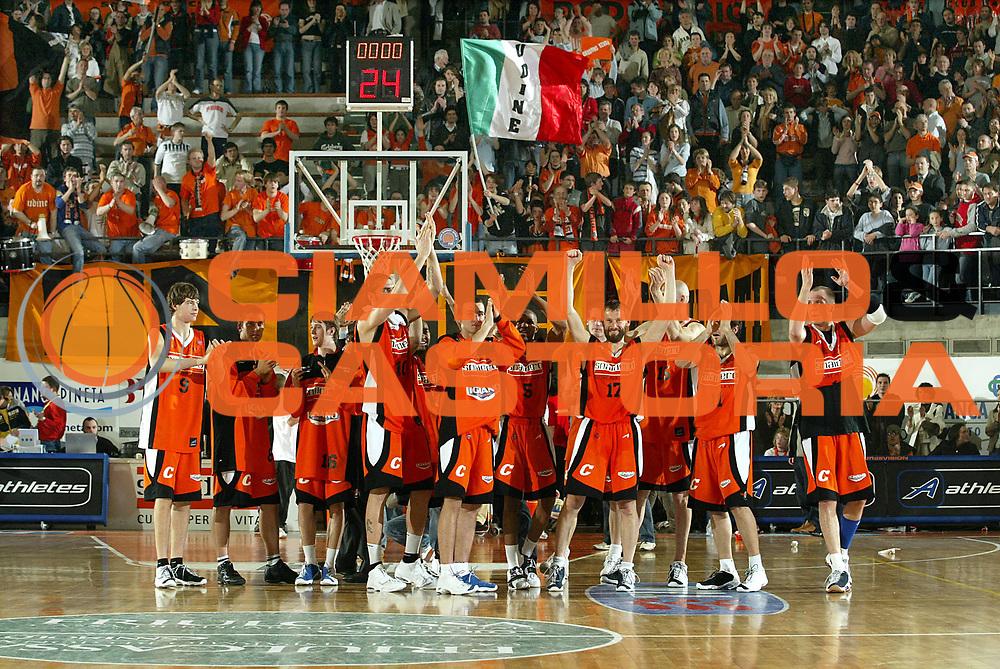 DESCRIZIONE : Udine Lega A1 2005-06 Snaidero Udine Angelico Biella<br />GIOCATORE : Squadra UdineTifosi<br />SQUADRA : Snaidero Udine<br />EVENTO : Campionato Lega A1 2005-2006<br />GARA : Snaidero Udine Angelico Biella<br />DATA : 15/04/2006<br />CATEGORIA : Esultanza<br />SPORT : Pallacanestro<br />AUTORE : Agenzia Ciamillo-Castoria/S.Ceretti<br />Galleria : Lega Basket A1 2005-2006<br />Fotonotizia : Udine Campionato Italiano Lega A1 2005-2006 Snaidero Udine Angelico Biella<br />Predefinita : Si