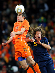 11-07-2010 VOETBAL: FIFA WK FINALE NEDERLAND - SPANJE: JOHANNESBURG<br /> Carles Puyol (Spanien) vs Robin Van Persie (Holland)<br /> EXPA Pictures © 2010 EXPA/ InsideFoto/ Perottino - ©2010-WWW.FOTOHOOGENDOORN.NL<br /> *** ATTENTION *** FOR NETHERLANDS USE ONLY!