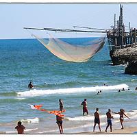 Trabucco (detto anche trabocco o travocco) è un'antica macchina da pesca tipica delle coste abruzzesi. In Puglia è tutelata come patrimonio monumentale dal Parco Nazionale del Gargano..Il Gargano, noto anche come Sperone d'Italia è un promontorio montuoso che si estende nella parte settentrionale della Puglia in  Provincia di Foggia