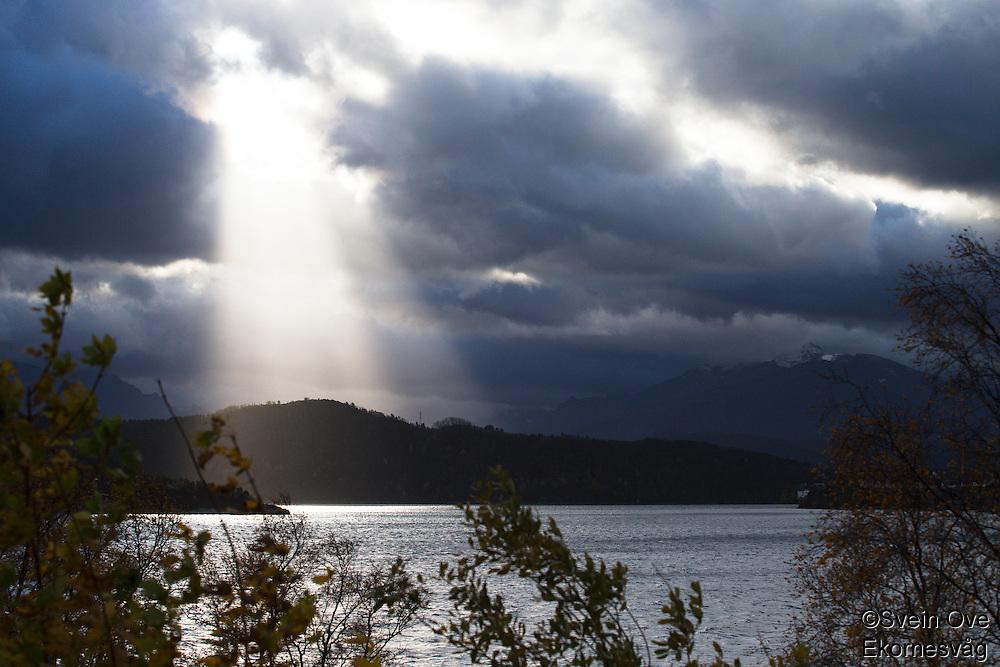 Årets første høststorm er på vei inn Ellingsøyfjorden i Ålesund.<br /> Foto: Svein Ove Ekornesvåg