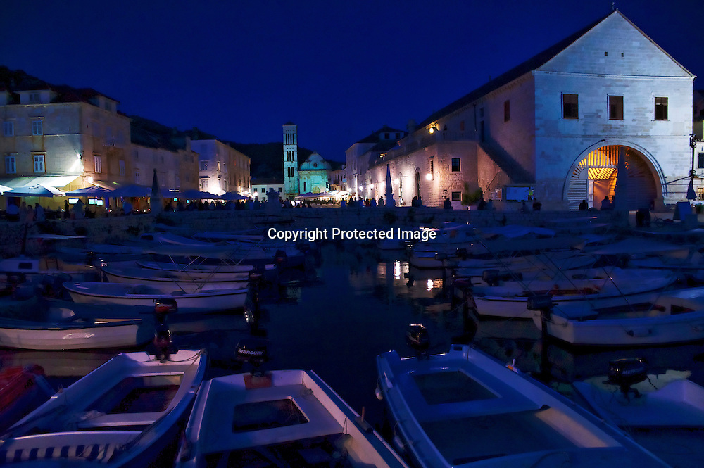 Vue nocturne sur la ville de Hvar