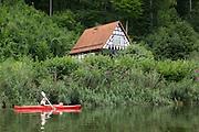 Fachwerkhaus, Kajak, Werra bei Creuzburg, Thüringen, Deutschland | timber framed house, kajak, Werra near Creuzburg, Thuringia, Germany