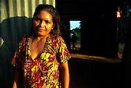 Mujer Warao en comunidad indigena en  en la confluencia del Rio Caroni y Rio Orinoco. Estado Bolívar, Venezuela. 1998 (Ramon Lepage / orinoquiaphoto)  Warao Woman in indigenous comunty on the Coroni river and Orinoco river confluence.  Bolivar State, Venezuela.  1998 (Ramon Lepage / orinoquiaphoto)..
