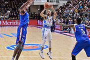 DESCRIZIONE : Beko Legabasket Serie A 2015- 2016 Dinamo Banco di Sardegna Sassari - Acqua Vitasnella Cantu'<br /> GIOCATORE : David Logan<br /> CATEGORIA : Tiro Tre Punti Three Point Ritardo<br /> SQUADRA : Dinamo Banco di Sardegna Sassari<br /> EVENTO : Beko Legabasket Serie A 2015-2016<br /> GARA : Dinamo Banco di Sardegna Sassari - Acqua Vitasnella Cantu'<br /> DATA : 24/01/2016<br /> SPORT : Pallacanestro <br /> AUTORE : Agenzia Ciamillo-Castoria/L.Canu